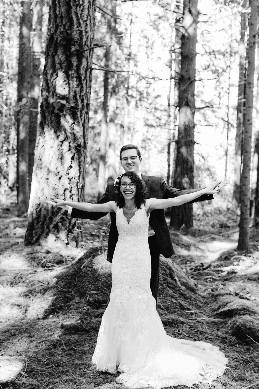 cute pose idea the titanic, wedding day photographer, elopement venue in Washington state